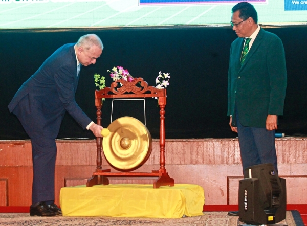 Royal touch: Sultan Nazrin officiating at the launch of the conference. Looking on is Incorporated Society of Planters chairman Datuk Daud Amatzin (right).