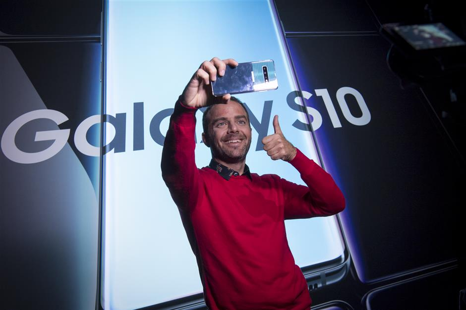 An attendee takes a selfie photograph with a Samsung Electronics Co. Galaxy S10 smartphone during the Samsung Unpacked launch event in San Francisco, California, U.S. on Wednesday, Feb. 20, 2019. Samsung debuted its most extensive new lineup of smartphones, taking on Apple Inc. amid a slowing market with new low-end and premium models, 3-D cameras, an in-screen fingerprint scanner and faster 5G connectivity. Photographer: David Paul Morris/Bloomberg