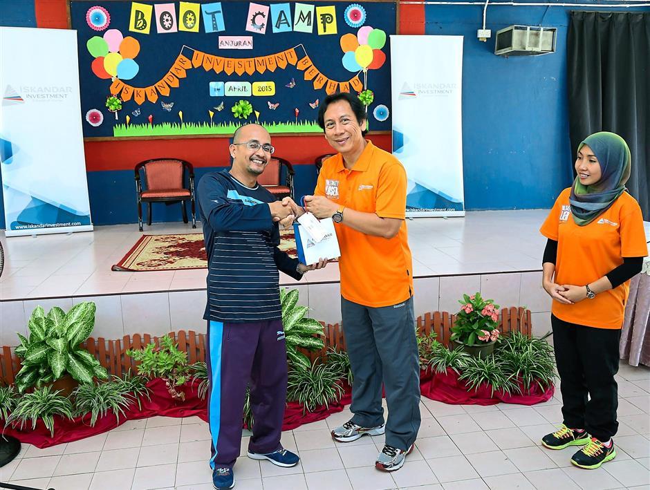 Thank you gift: Zamri (left) receiving a token of appreciation from IIB human capital management senior vice president Abd Rashid Abd Majid at SK Sungai Danga.