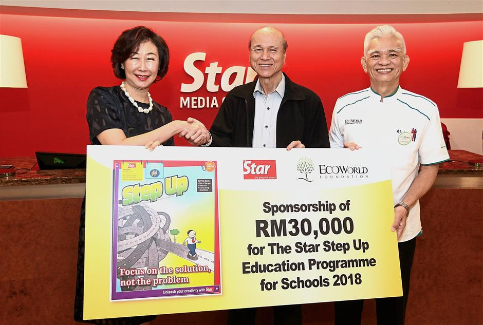 Corporate sponsor: Lee (centre) handing over a mock cheque for RM30,000 to Goh. With them is Eco World Foundation chief executive officer Capt (R) Datuk Liew Siong Sing.
