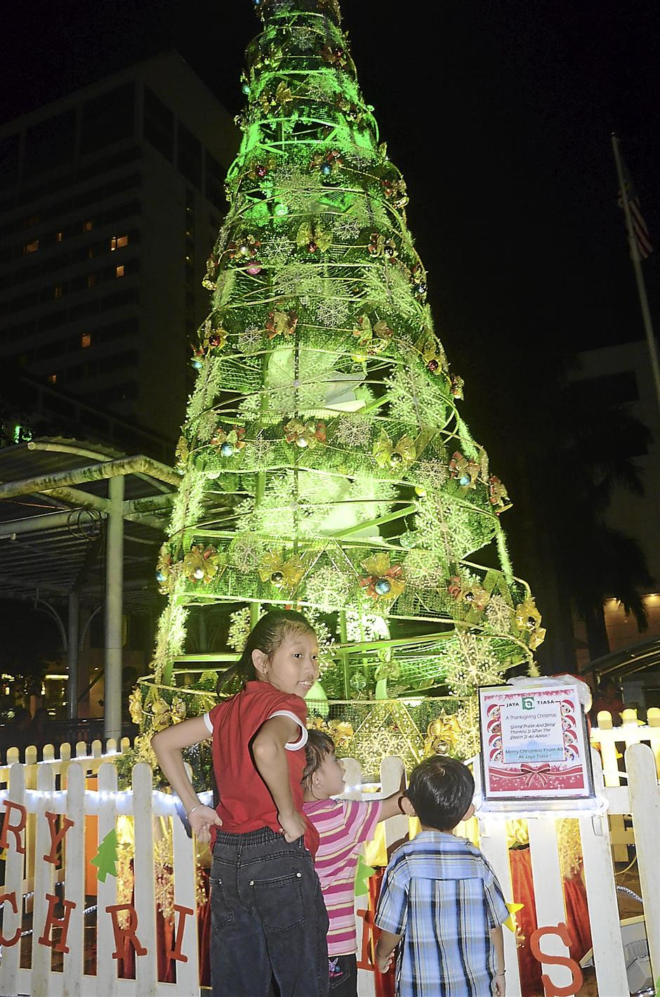 pix 3: Curious...children having a closer look at Jaya Tiasa Christmas tree.