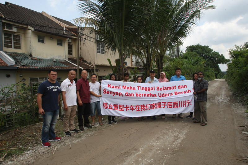 Residents holding a banner to show they want this dust pollution to stop immediately. Photo by SS.KANESAN/TheStar