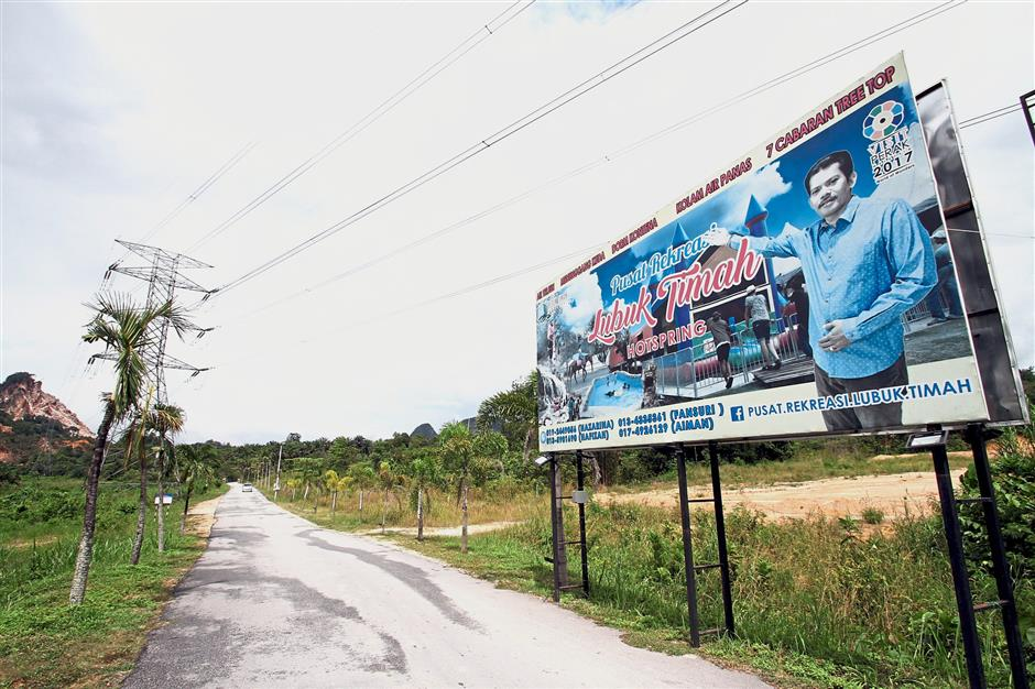 A large sign directing motorists towards the Lubuk Timah Hotsprings and Recreational Centre in Simpang Pulai.
