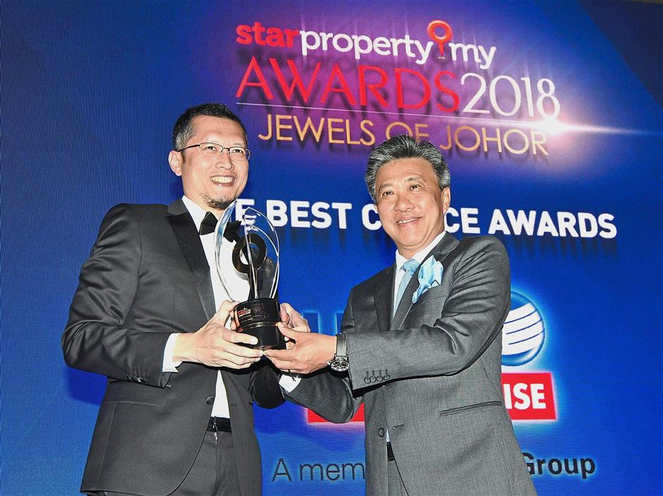 Wong (right) presenting The Best Choice Award to UEM Sunrise Berhad managing director and chief executive officer Anwar Syahrin.