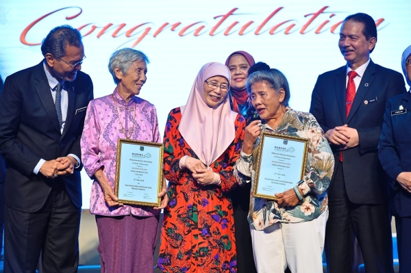 Proud moment: Dr Wan Azizah talking to award recipients Boey (second from left) and Emmalice at the International Nurses Day celebration in Serdang. With them are Health Minister Dr Dzulkefly Ahmad (left) and Dr Noor Hisham (right).