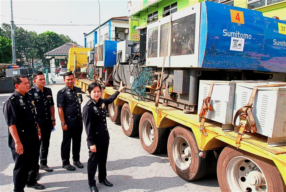 ACP Nurulhuda (above, pointing, and inset) starting 2019 triumphantly with the recovery last month of a plastic mould injector machine valued at RM3.6mil that had been stolen from a factory. — Bernama