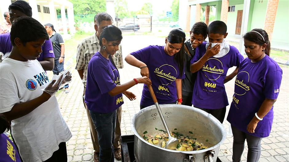Student volunteers from MySkills Foundation joining in on iM4U's COOK4U Programme.