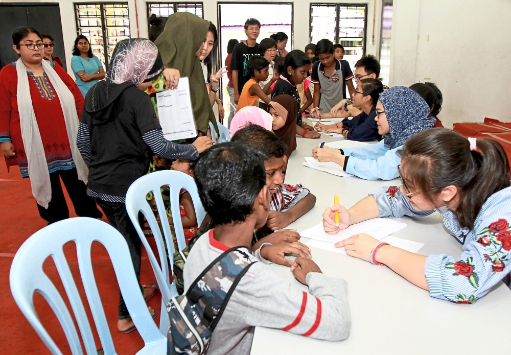 The 30 medical undergraduates from Universiti Malaya also carried out health checks for the children in PPR Lembah Subang.