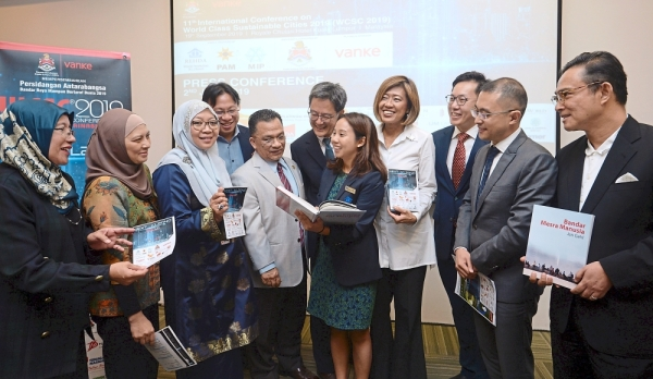 Ra Adrina (fifth from right) showing Jan Gehlu2019s book to (fifth from left to fourth from right) Ihsan, Rehda KL past chairman NK Tong and Tay as WCSC committee members and sponsors look on.