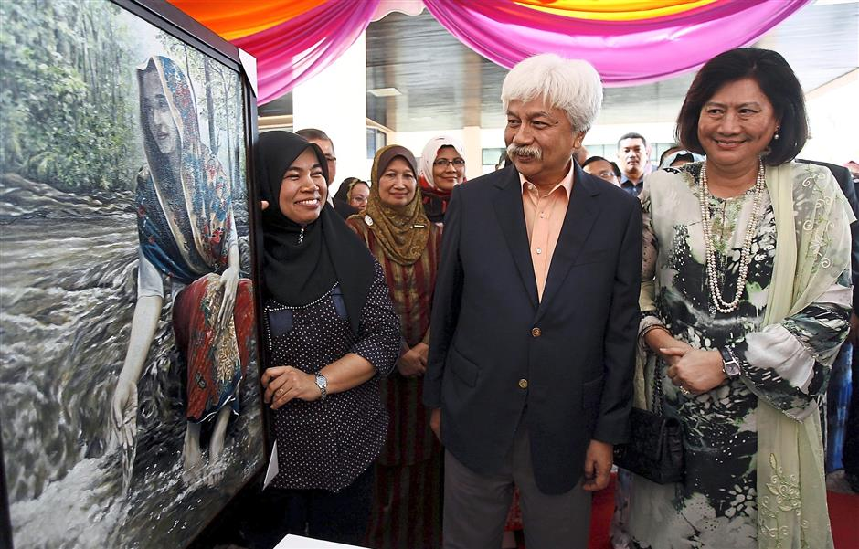 Tuanku Muhriz ufeffand his consort Tunku Ampuan Besar Negeri Sembilan Tuanku Aishah Rohani admiring a painting by Zulaiha Zulkapli who is deaf, in 2014. The royal couple later bought the painting and commended Zulaiha for her creativity and skill. u2014 UU BAN/The Star