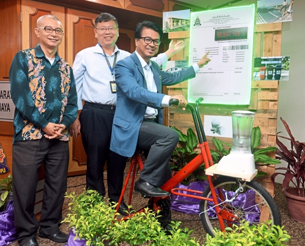(From left) Tan, Petaling Jaya Solid Waste Management and Public Cleansing Department director Lee Lih Shyan and Johary at the launch of the Petaling Jaya 2019 Homeowners Low Carbon and Green Initiative assessment rebate scheme.