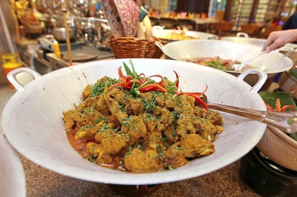 Chicken rendang from the gulai kawah station.