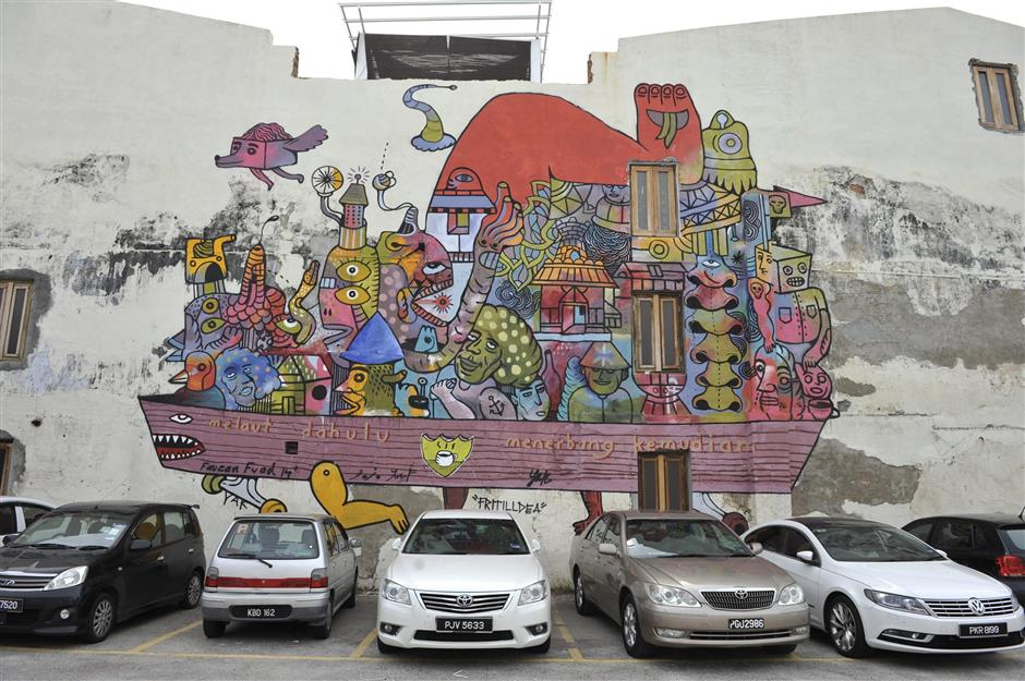 Inexplicable: Penang artists are finding it difficult to connect this surrealistic mural with its location on Beach Street.  November 19, 2014. Gary Chen/The Star.