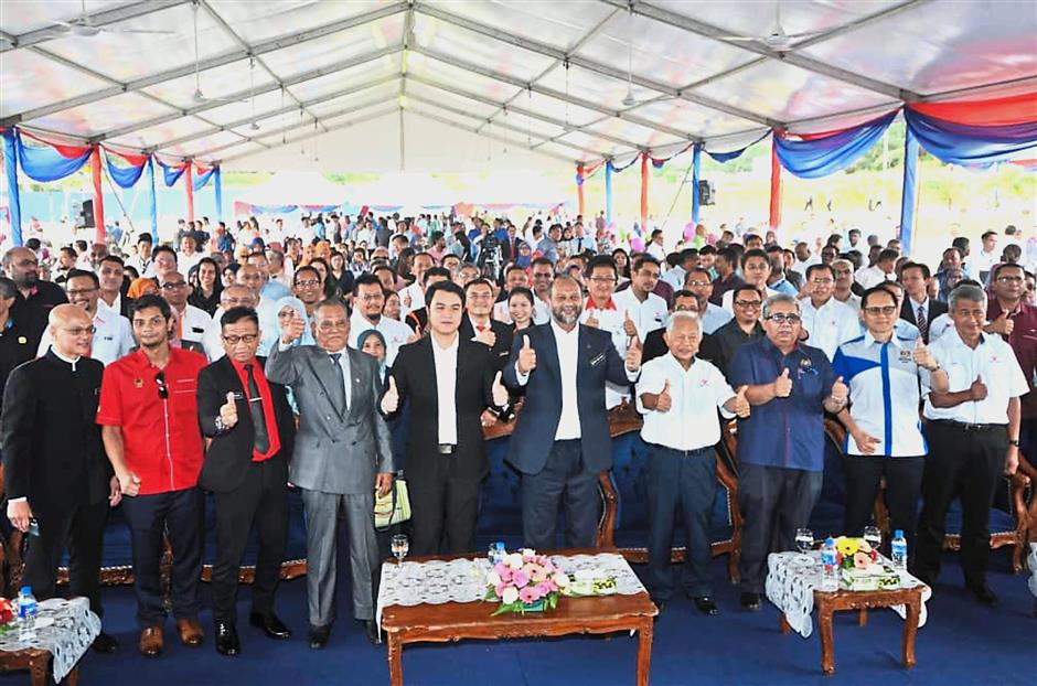 Gobind (centre) and other guests giving the thumbs-up to the the Government's National Fiberisation and Connectivity Plan pilot project in Jasin, Melaka.