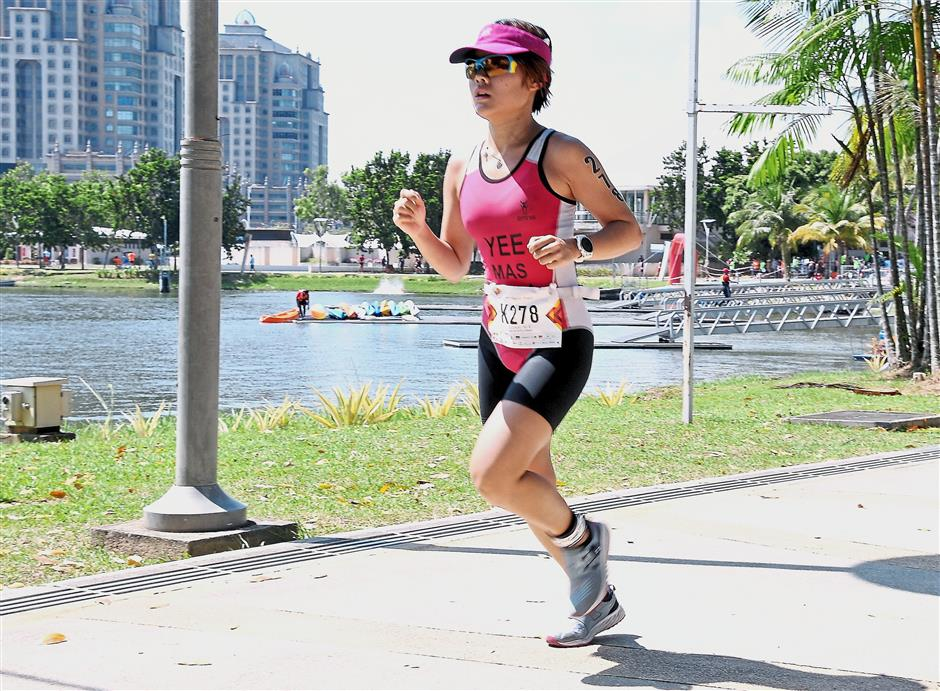 A participant making her way towards the finishing line during the 2017 Putrajaya Perdana Triathlon.