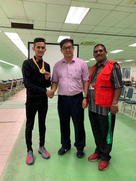 Mohd Ezuan Nasir Khan (left) receives the gold medal from the juries of the competition.