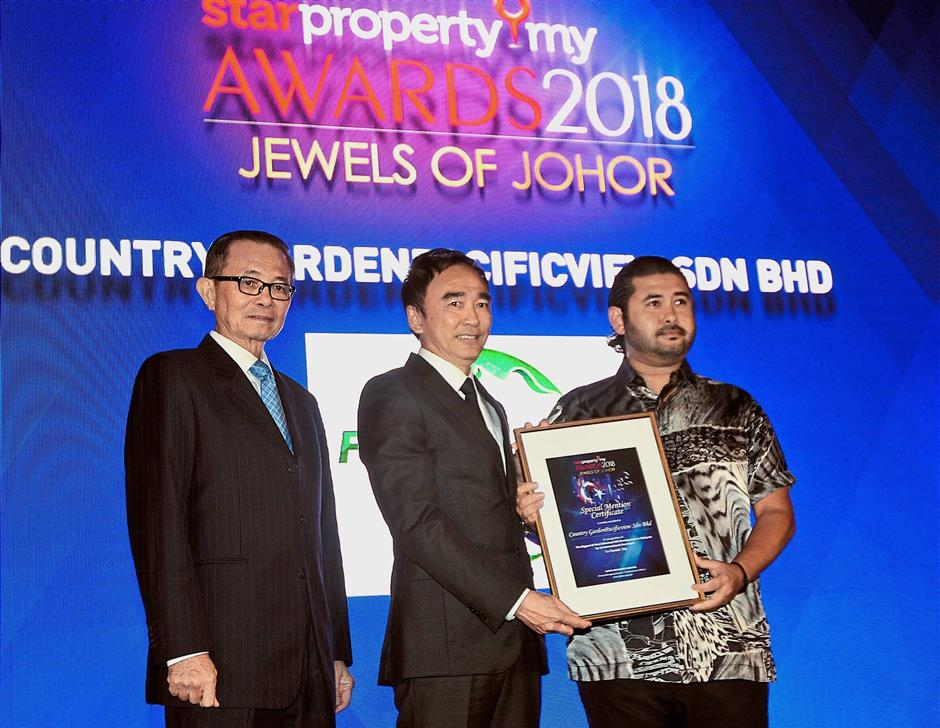 Country Garden Pacificview Sdn Bhd (CGPV) executive director Teo Chee Yow (middle) receiving The Biggest and Most Advanced IBS Development by International Developer award from Tunku Ismail while Fu looks on.