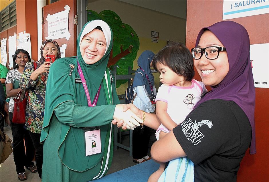 PAS candidate Dr Hjh Halimah Ali visiting polling station at SEK Jenis Kebansaan Seaport for the Seri Setia By Election. ...Sam Tham/Star Publication