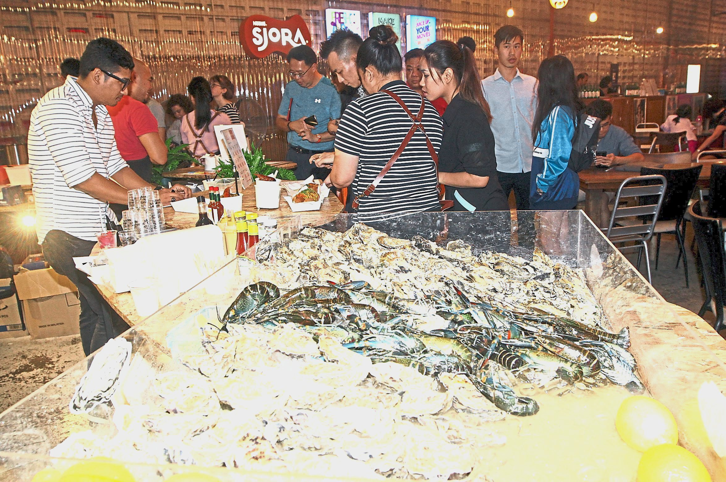 Fresh seafood such as oysters and prawns are available at Tiffin Food Court.