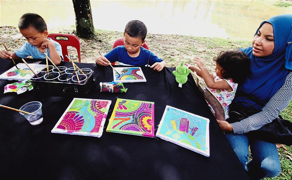 Children trying their hands at a batik-drawing session during the Pesta Taiping 2017 at the Taiping Lake Gardens. — Photos: SAIFUL BAHRI/The Star