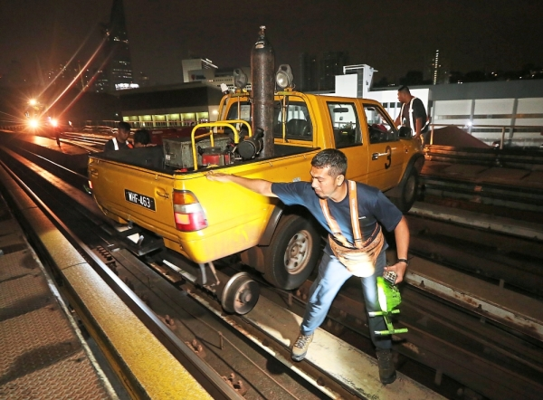 A hydraulic machine called Speeder 3 is used for turn-table maintenance work near the Bangsar station.
