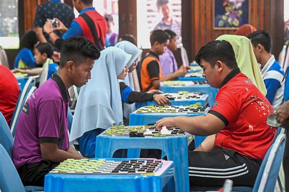 KOTA BHARU, 5 April -- Sebahagian daripada 2,626 peserta menunjukkan kemahiran bermain dam bagi mengalahkan lawan masing-masing pada Kejohanan Dam Haji Antarabangsa 2018 Malaysia Book of Records anjuran Universiti Malaysia Kelantan (UMK) hari ini.--fotoBERNAMA (2018) HAK CIPTA TERPELIHARA