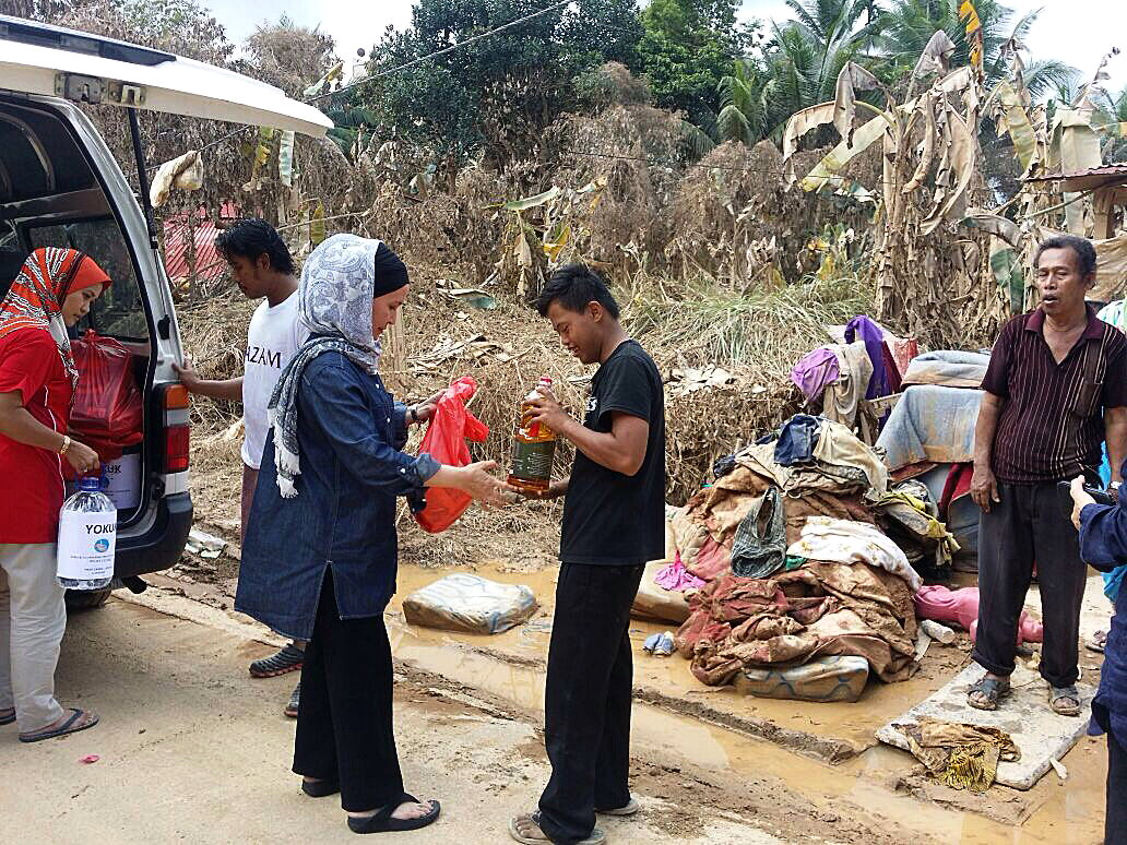 Datin Suliana Shamsuddin and her team work the ground to offer much needed aid to the victims of the devastation caused by the recent floods in Kelantan.