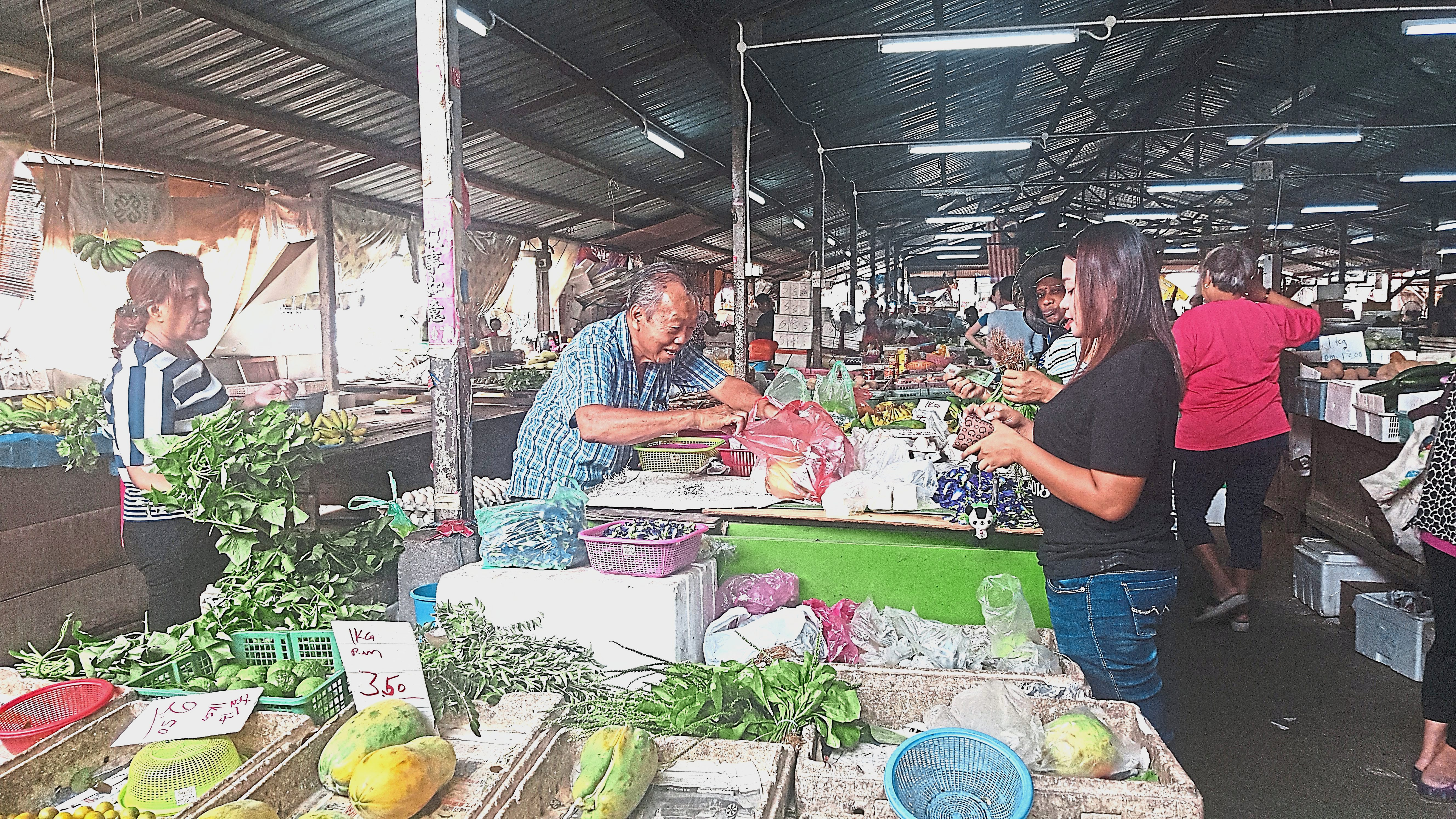 Kampung Baru Simeeu2019s wet market is popular with residents from nearby areas.