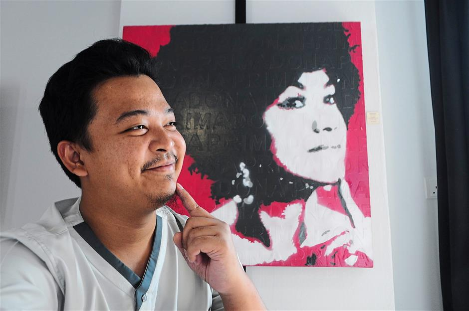 Nazmi Ismail with Primadona. This stencilled portrait of Saloma depicts his fascination with this centurys icons.