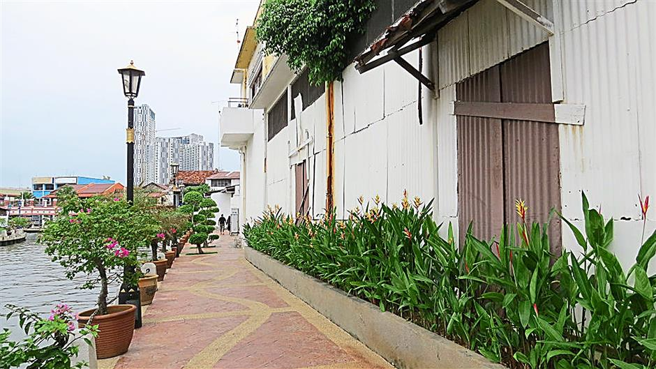 The landscaped walkway behind Jalan Bunga Raya offers great views of the Malacca River