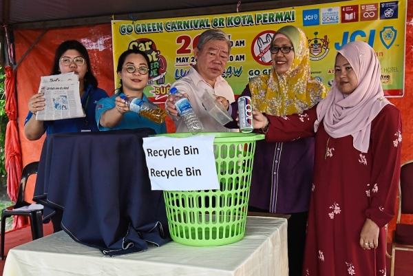 Rosnani (second right) with (from left) Ong, JCI Batu Kawan executive vice-chairman Catherine Chong, MPSP councillors Tan Cheong Heng and Marshidaliza Marzuki promoting recycling at the launch of the 'Car Boot Barter Trade' programme at Kota Permai Market in Bukit Mertajam.