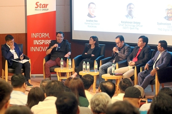 Mohammad Ridzuan (left) moderating the discussion panel consisting of (from left) Myscanpay managing director Jonathan Neo, Ooi, Soon, Mohd Khairil and Kalaikovan at the E-Wallet Forum 2019 in Menara Star, Petaling Jaya. — Photos: SAMUEL ONG/The Star