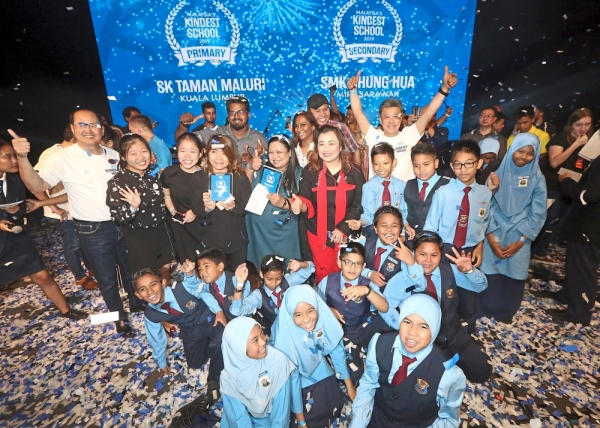 Proud day: SP Setia CEO Datuk Khor Chap Jen (white t-shirt), Lim (third from left),  and SMK Chung Hua teacher Liew Sook Khim (fourth from left) together with other winners and SK Taman Maluri students at the event. SMG Group Advisor Datuk Wong Chun Wai (hands raised) was also present.