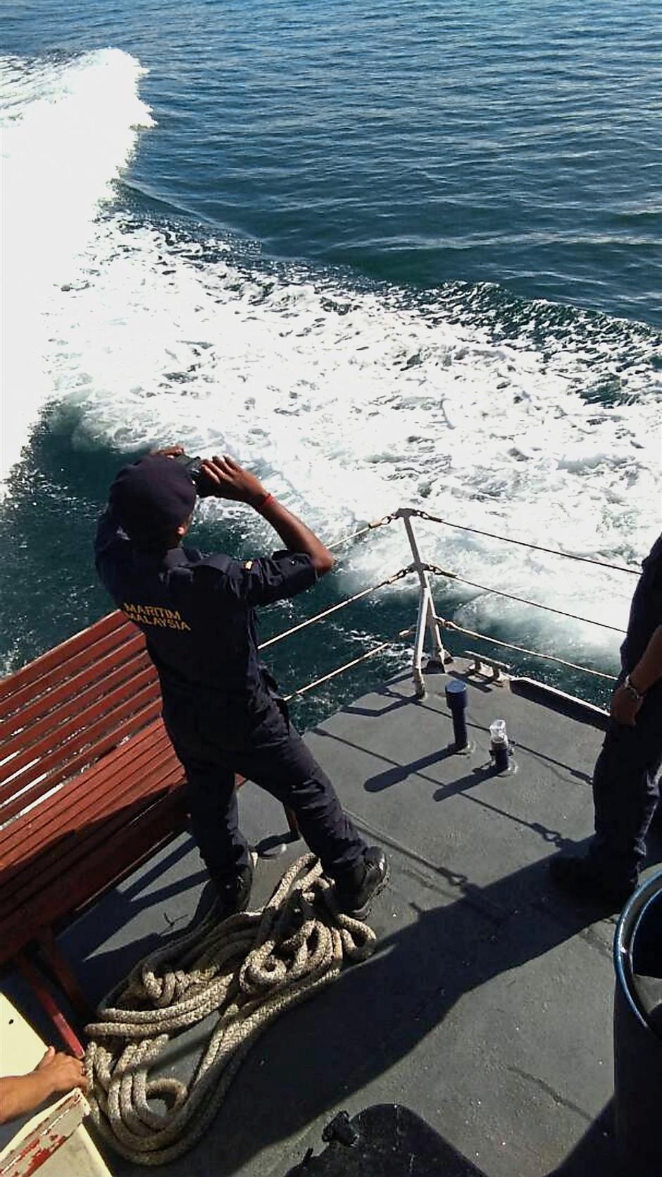 Maritime personnel searching for a missing fisherman near Pulau Mantukud waters in Tanjung Dumpil, Kota Kinabalu on Thursday.(for story slug kksfind161117)