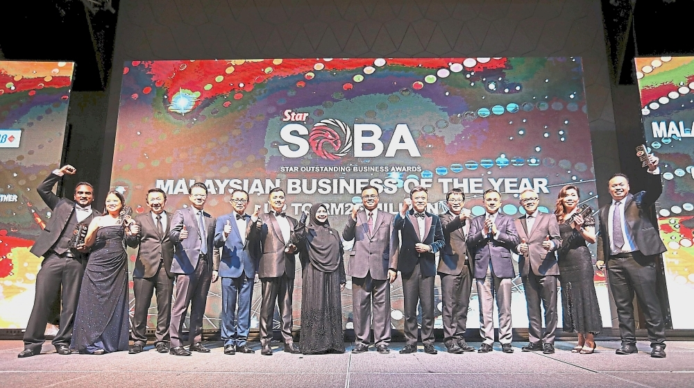 Fu (fifth from left) and Wong (sixth from right) with SOBA 2018 sponsors and Malaysian Business of the Year and Platinum award recipients (up to RM25mil turnover) at the awards presentation ceremony at New World Petaling Jaya Hotel. — Photos: AZHAR MAHFOF and IZZRAFIQ ALIAS/The Star