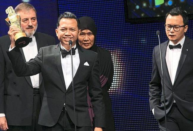 Awards galore: Producers Tengku Iesta Tengku Alaudin (left) and Rewan Ishak (right) accept KILu2019s win for Best Film.