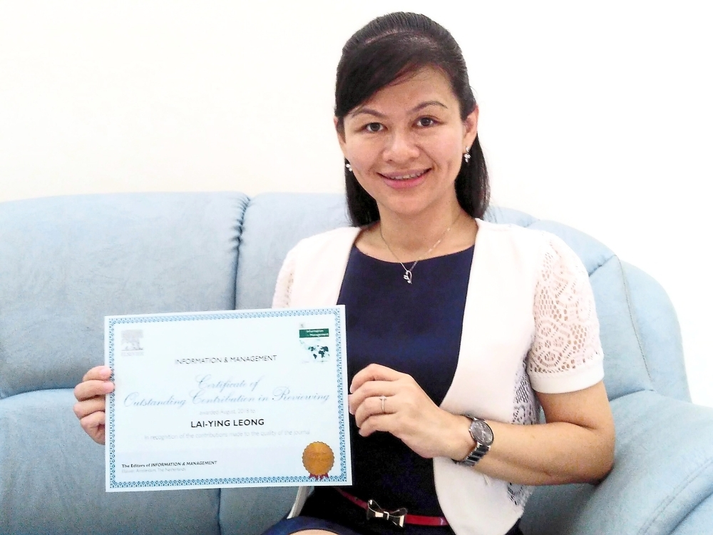 Dr Leong with her award.