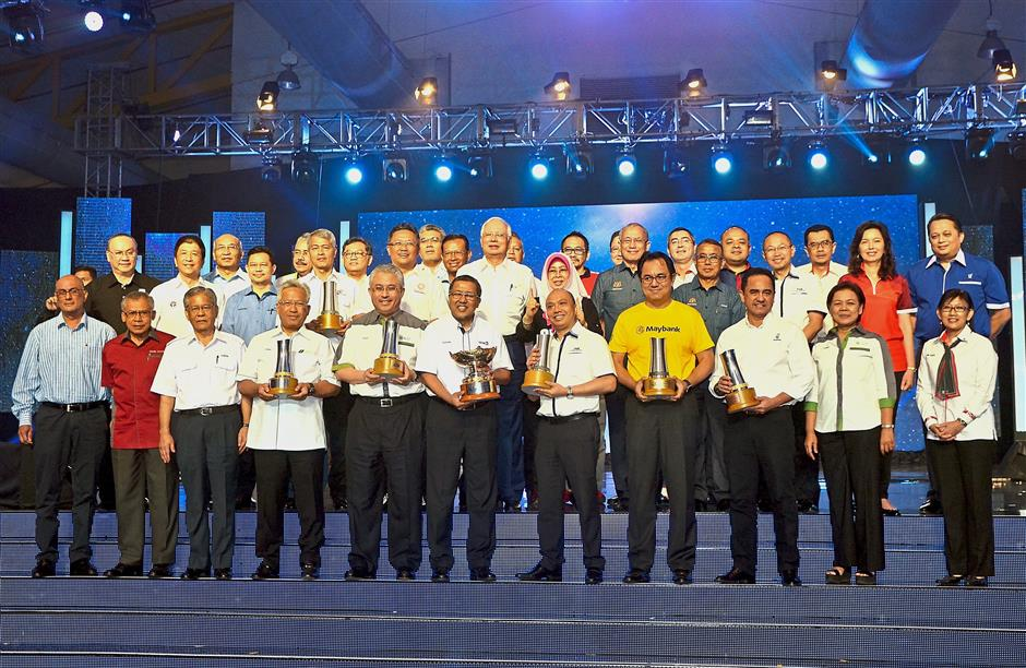 Top-notch: (Second row) Najib with Norashikin, Riot, Ismail, Ahmad Shabery and Abdul Rahman together with the award winners of SL1M 2017 Diamond Employer, Platinum Employer and Best Employer categories and other VIPs during the launch of SL1M Open Interview Programme 2018 central zone edition.