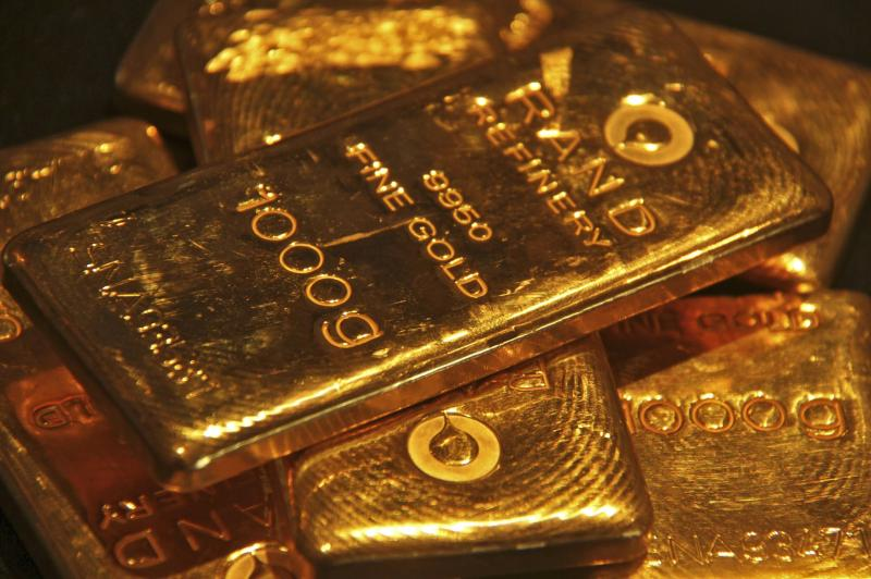 Gold climbed for a second session on Wednesday to its highest in 4u00bd months as economic uncertainty in China and tensions over Ukraine make the precious metal attractive - Reuters Photo.