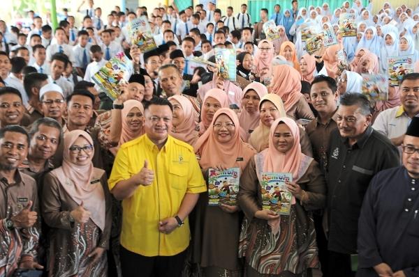 Tuanku Syed Faizuddin (yellow shirt) posing with officials, teachers and students of SMK Jalan Apas, Tawau.