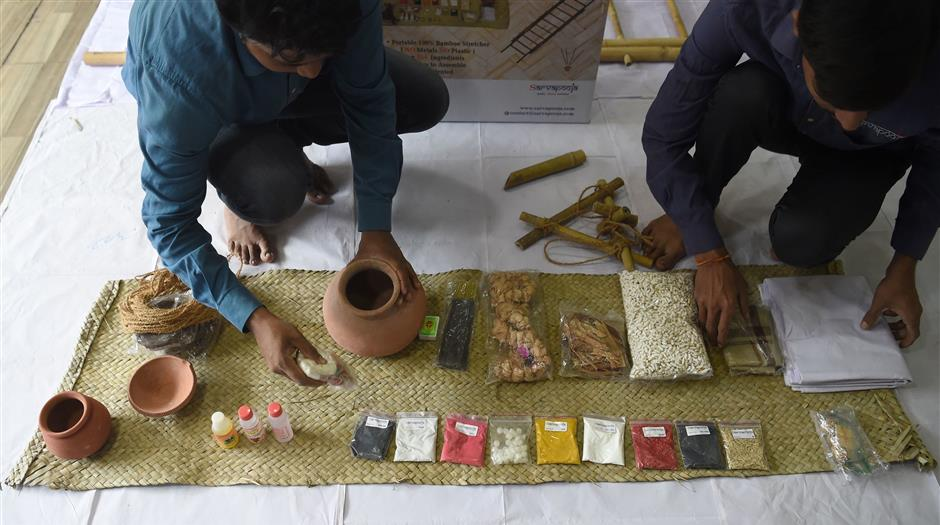 In this photo taken on September 19, 2018 workers arrange the various materials of 'a final rites kit' at the company SarvaPooja's manufacturing unit in Mumbai. - When Parag Mehta had to arrange a second family funeral in two weeks he was distraught and short of time to get the 38 items for an elaborate Hindu ceremony -- so he went online and found a 'final rites kit'. (Photo by INDRANIL MUKHERJEE / AFP) / TO GO WITH: India-economy-internet-Amazon-death, FOCUS by Vishal MANVE