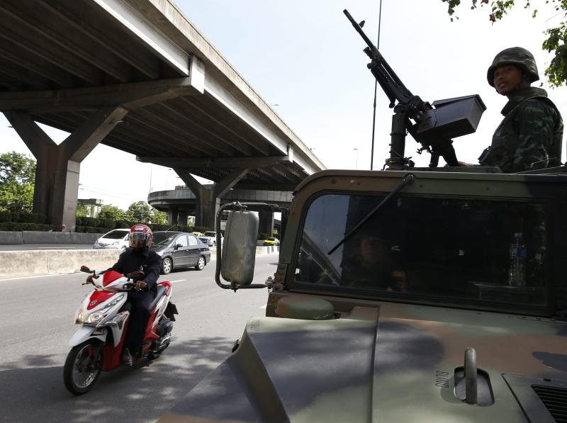 A Thai soldier guards with a heavy machine gun from a Humvee military vehicle at a main road outside the Royal Thai Police Sports Club in Bangkok, Thailand, 20 May 2014. Thai army Chief Prayuth Chan-ocha early on 20 May 2014, declared martial law giving the military full control to prevent further protest-related violence in the country.