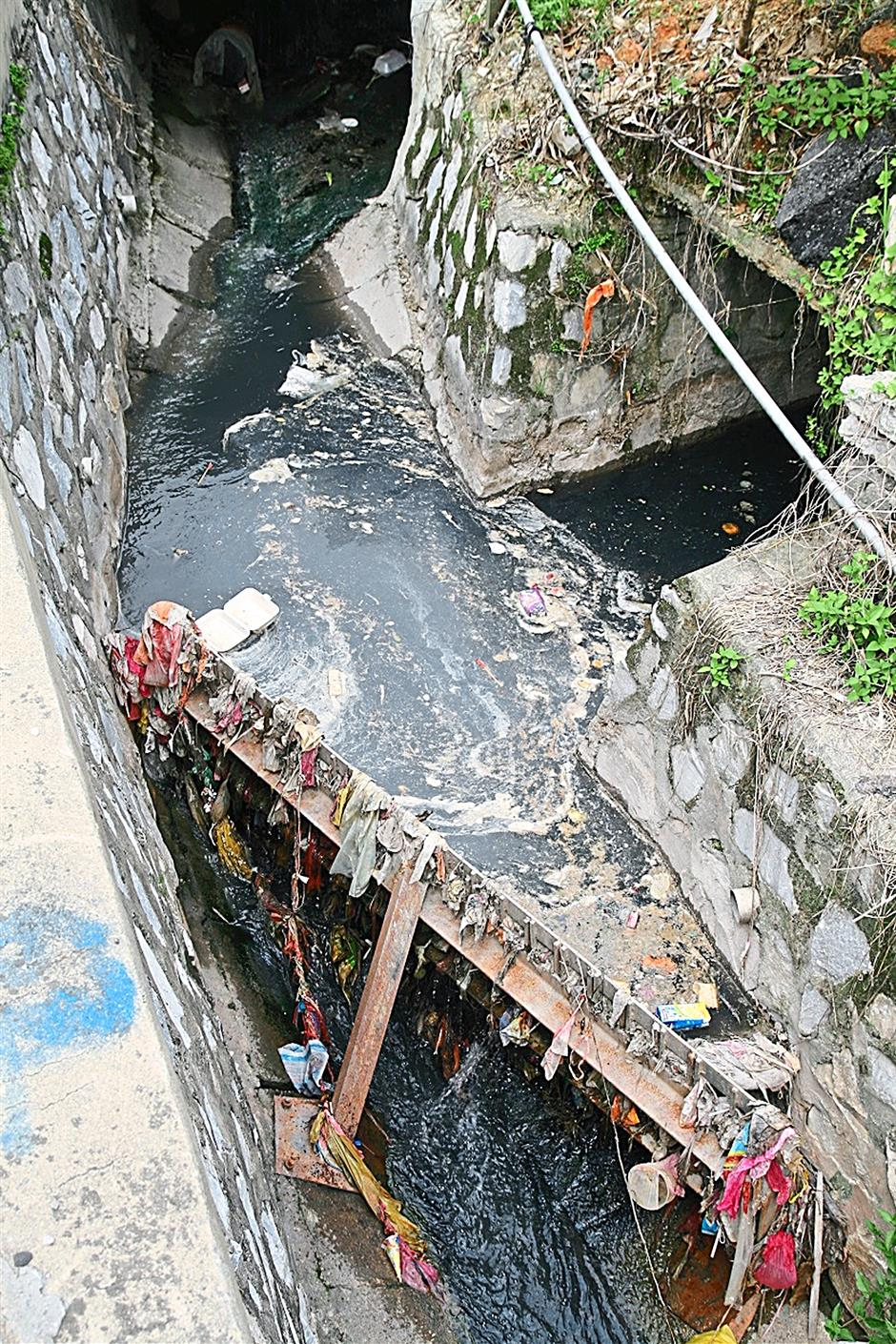 Dirty: A device used to trap rubbish in rivers.