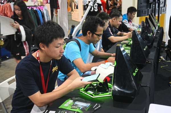 Visitors trying out the Black Shark 2 gaming phones.