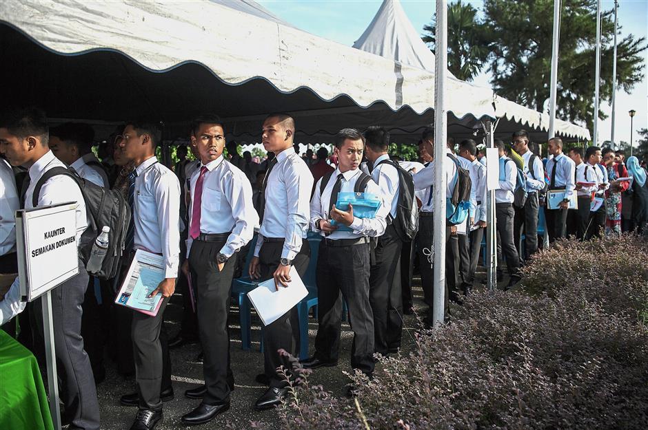 KUALA LUMPUR, 24 Jun -- Sebahagian pelajar baharu yang bakal mengikuti pengajian Program Asasi dan Diploma menunggu giliran untuk mendaftarkan diri di tempat pendaftaran bagi mengisi dokumen- dokumen kemasukan sesi akademik 2018/ 2019 di Universiti Pertahanan Nasional Malaysia (UPNM), Kem Perdana Sungai Besi hari ini.--fotoBERNAMA (2018) HAK CIPTA TERPELIHARA