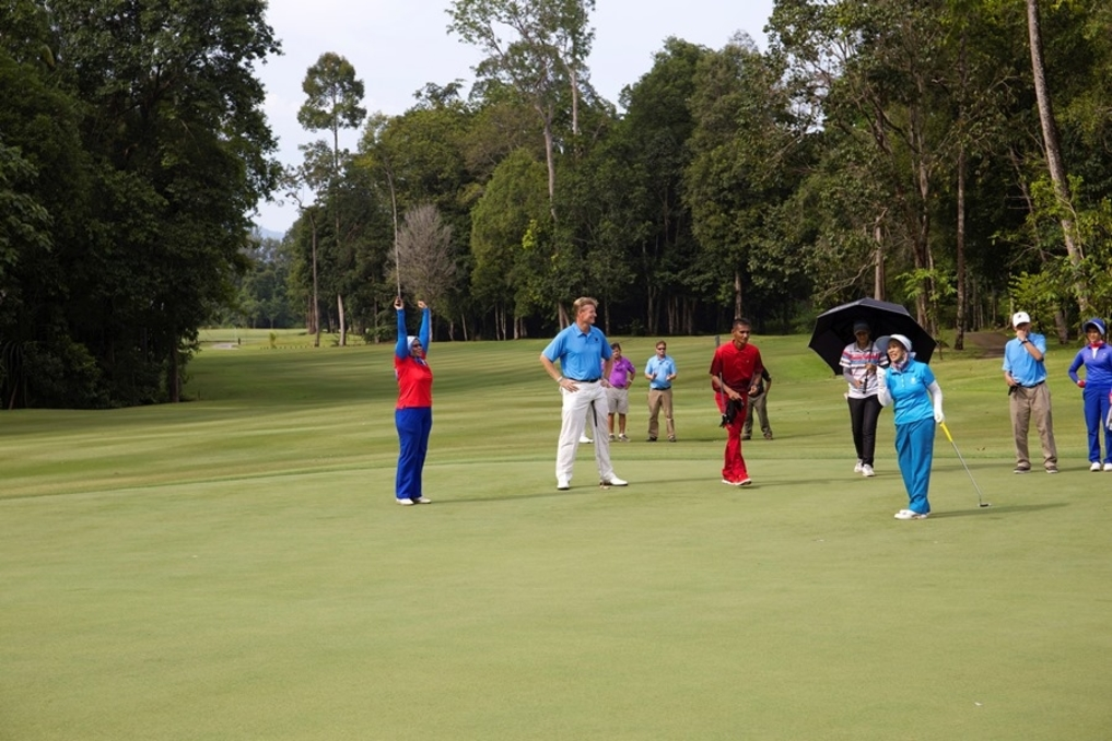 Ernie Els (second from right) with the  Raja Permaisuri Agong Tuanku Hajjah Haminah (front) having a game a the recent launch of the Els Club Teluk Datai.