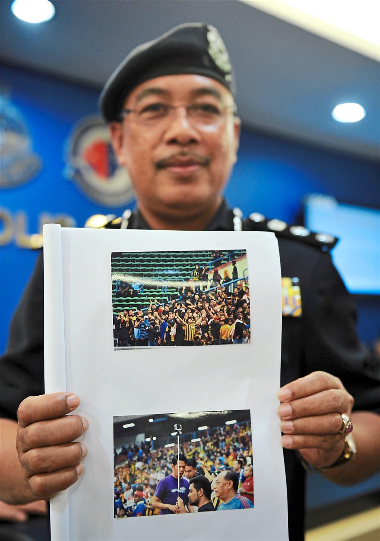 SHAH ALAM, 9 Sept -- Ketua Polis Shah Alam ACP Shafien Mamat menunjukkan gambar penyokong bola sepak negara yang melakukan rusuhan dengan membakar suar, bunga api dan bom asap serta merosakkan peralatan stadium semasa perlawanan pusingan kelayakan Piala Dunia 2019 antara Malaysia dengan Arab Saudi di Stadium Shah Alam semalam pada sidang akhbar di Pusat Media, Ibu Pejabat Polis Kontinjen Selangor hari ini.Pihak polis juga memerintahkan mana-mana individu yang kelihatan di gambar tersebut untuk melaporkan diri di Ibu Pejabat Polis Daerah (IPD) Shah Alam bagi membantu siasatan dalam kes tersebut.Seramai 11 orang telah ditahan dan dihadapkan ke mahkamah berhubung kes rusuhan tersebut.-- fotoBERNAMA (2015) HAK CIPTA TERPELIHARA