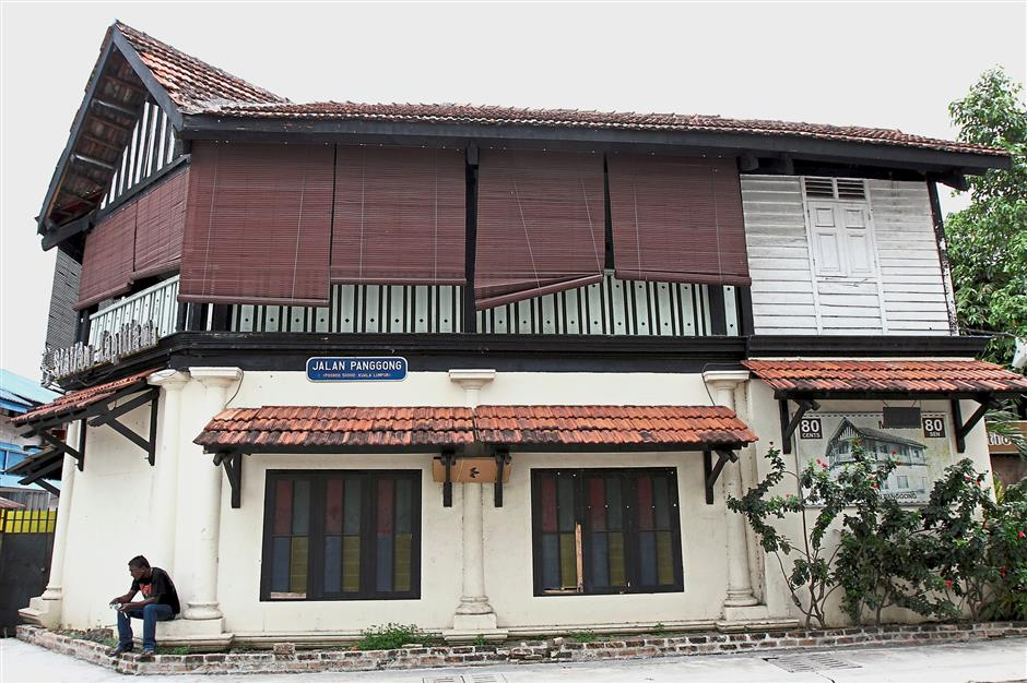 There are many old buildings in the vicinity of Petaling Street.