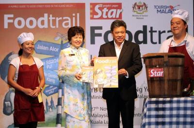 Food guide:The Starexecutivedirector andgroup chiefeditor DatukSeri WongChun Wai(second fromright) and DrNg (secondfrom left) atthe launch ofthe u2018Food Trailu2019book in KualaLumpur.