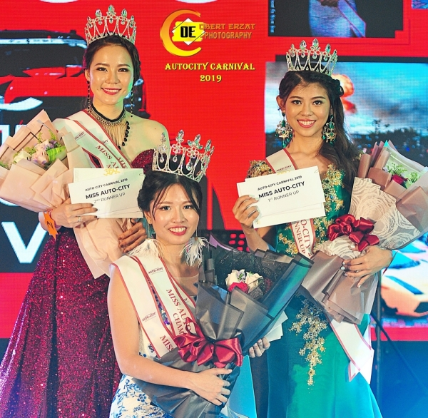Ms Auto City 2019 champion See Ke Xin (centre) flanked by first runner-up Alicia Lim (right) and second runner-up Zoey Oon.